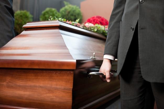 장례식에서 관을 들고 관 무기명