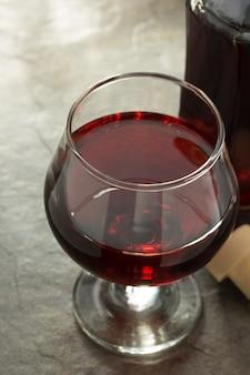 コニャックガラスとテーブルの上のボトル