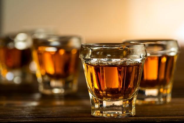テーブルの上のグラスに入ったコニャック、アルコール飲料、飲み物