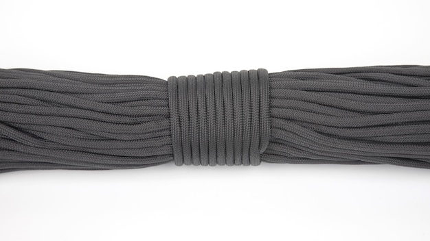 白の暗いロープパラコードのコイル