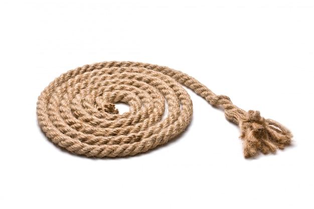 Катушка пеньковой веревки на белом фоне