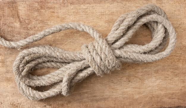 Катушка пеньковой веревки на старой деревянной поверхности
