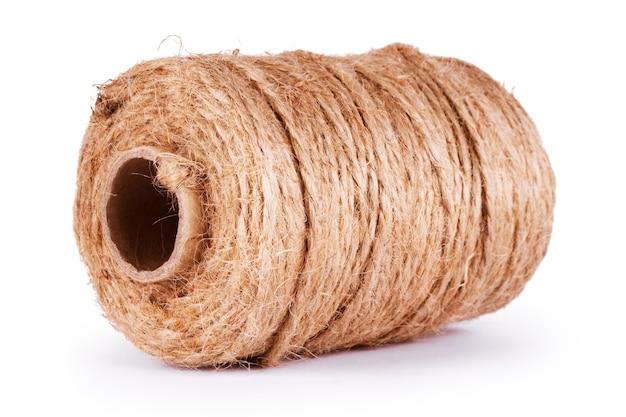 白い背景で隔離のロープのコイル。ロープのリールと糸の端が白で隔離されています。麻ひものハンク、白い背景で隔離のリネンストリング。白で隔離されるより糸コードのロール。