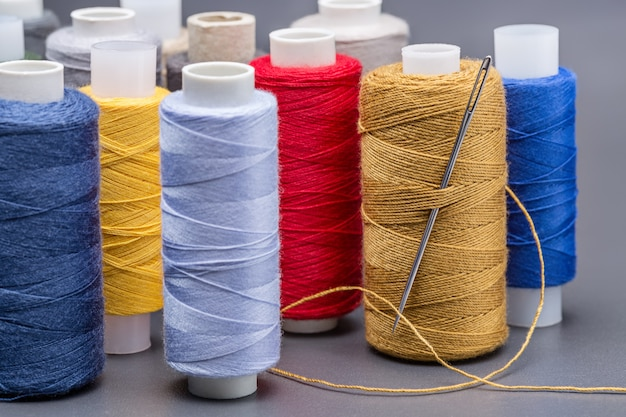 Катушки цветных ниток. яркие пряди.