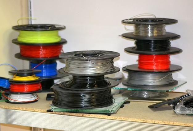 Катушки с пластиком для 3д принтера. компоненты для современной аддитивной технологии