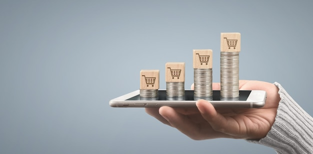 Монета и концепция богатства. куча денег на стекле, представляющем цифровой планшет