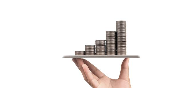 동전과 부 개념입니다. 디지털 태블릿을 나타내는 유리에 많은 돈