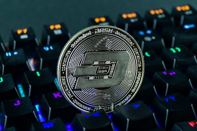 コイン暗号通貨ダッシュのクローズアップ-色のコード化されたキーボード