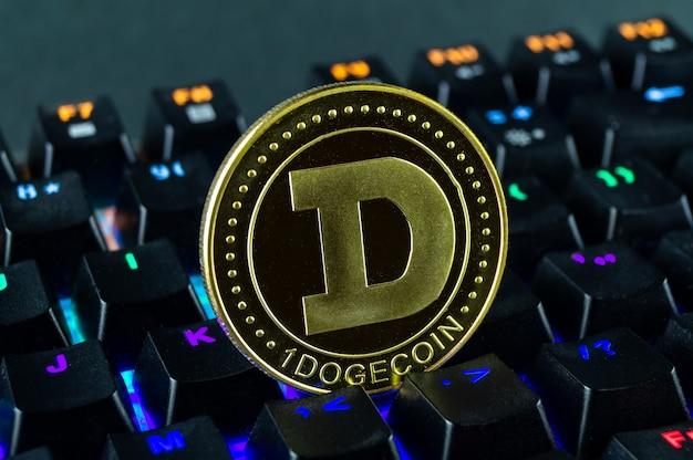 Монета криптовалюта dogecoin крупным планом клавиатуры с цветовой кодировкой