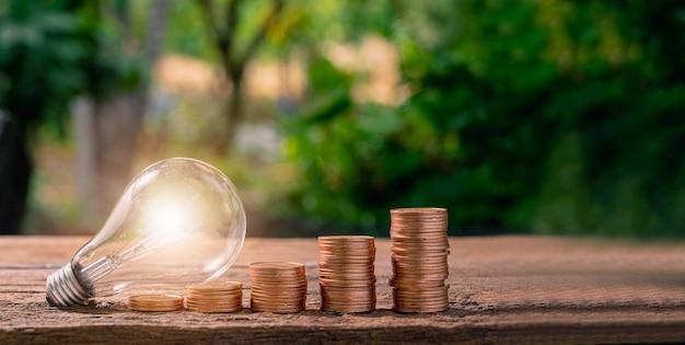 동전 아이디어 전구 아이디어가 번성하는 대신 쌓여 있습니다.
