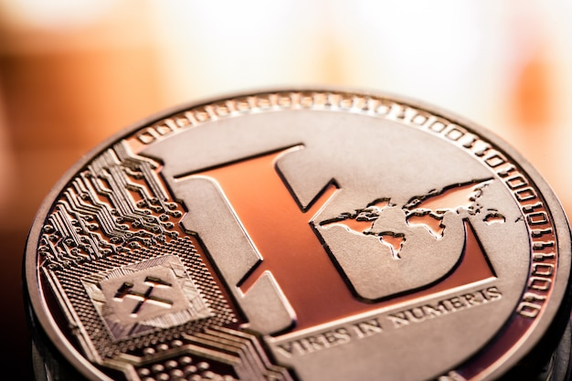 美しい背景にコインlitecoinのクローズアップ。デジタル暗号通貨と支払いシステム。