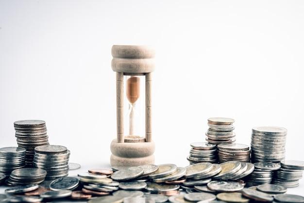 금융 개념의 시간에 대 한 동전 돈과 모래 시계