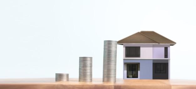 주택, 주택 및 부동산 개념에 대한 코인 스택 하우스 모델 저축 계획