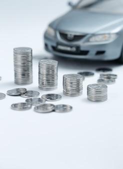 Стопки монет перед автомобилем
