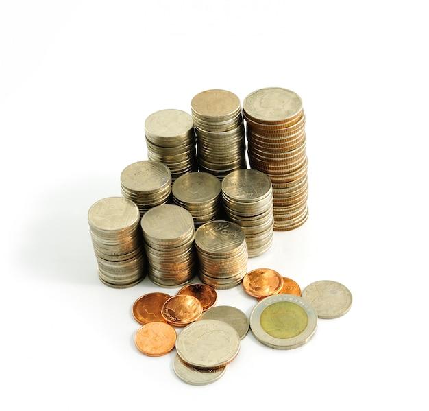 Монетные тайские бани на белой стене