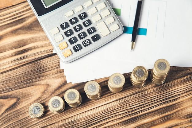 테이블에 문서에 동전과 계산기