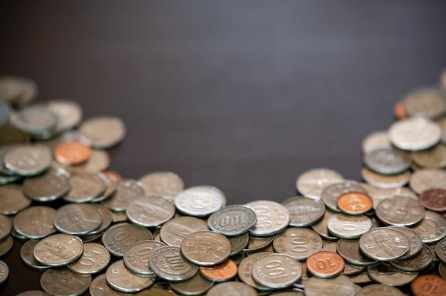 동전과 복사 공간 책상에 쌓여있다.
