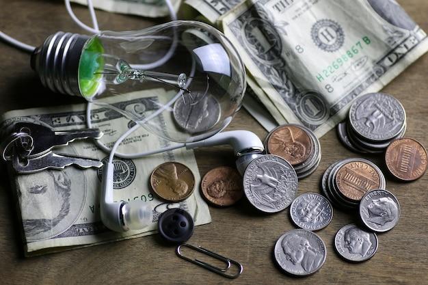 コインとしわくちゃのお金のタングステンランプフィラメント
