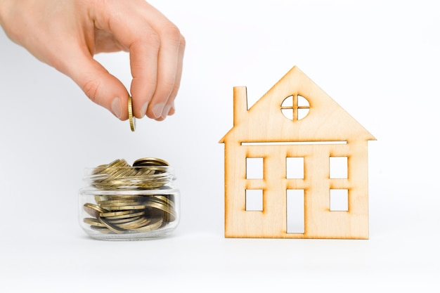 Монеты и дом. концепция инвестиций в недвижимость. ипотека. рентный доход.
