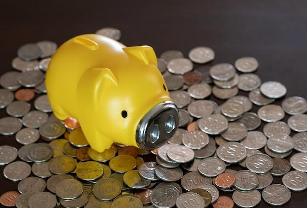 机の上にコインや貯金箱が積もっています。