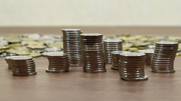 동전은 나무 작업 테이블에 쌓여 있습니다. 많은 센트의 재고 사진입니다.