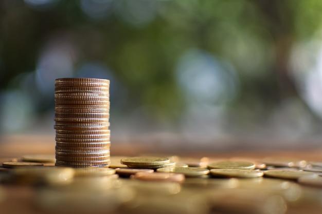 나무 판자와 나무 bokeh 배경에 수직으로 배열하는 동전