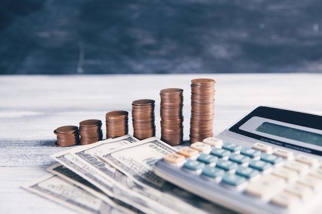 Монеты, долларовые купюры и калькулятор