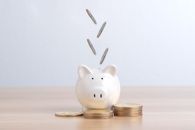 コインは白豚の貯金箱に分類されます金融とお金の預金の概念