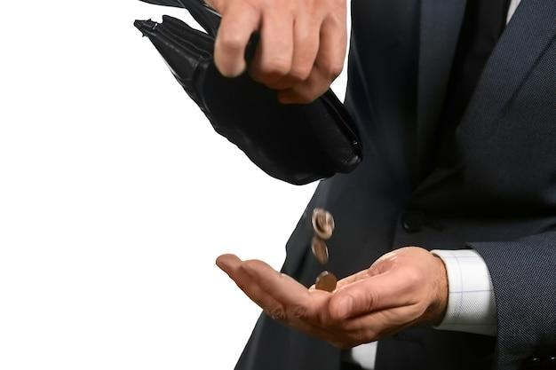 財布から落ちてくるコイン。残っているのはすべてです。ホワイトトラッシュ。富のパン粉。
