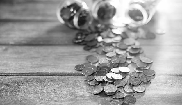 바닥에 항아리에 동전입니다. 바닥에 누적된 동전입니다. 더미에 있는 주머니 저축.