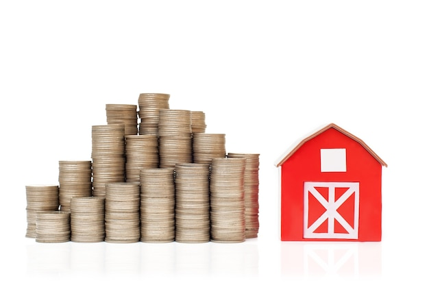 お金と小さな赤い家を節約するためのスタックのコインビジネス投資の成長の概念