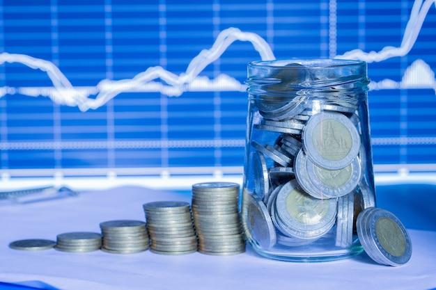 Монеты в бутылках с торговым графиком