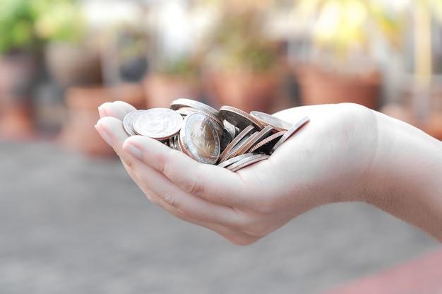 Монеты в руках сбережения, пожертвования инвестиционный фонд финансовая поддержка благотворительность дивиденды рынок фондовый фонд благотворительные пожертвования планируемый бухгалтерия взыскание рентабельность инвестиций в банковское обслуживание долга