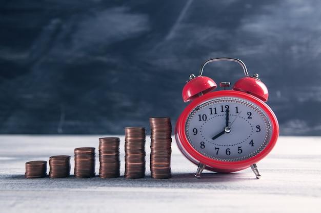 チャートと目覚まし時計の形のコイン