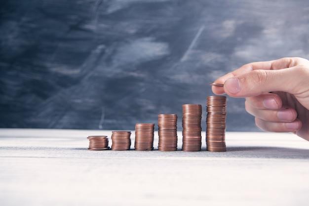 Монеты в виде диаграммы на столе