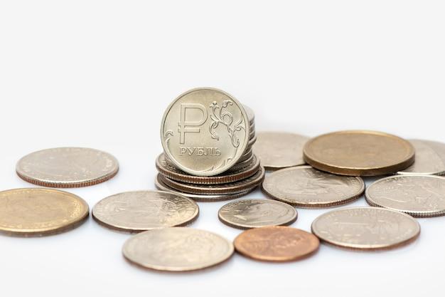 Монеты российского рубля и американского доллара в отношениях на белом