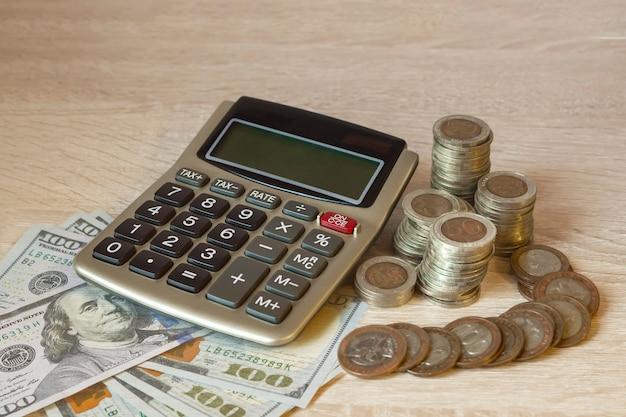 동전 스택, 계산기, 통화 아이콘 다른 국가. 돈 절약, 금융의 개념입니다. 저축 돈, 소득 투자 아이디어, 관리.
