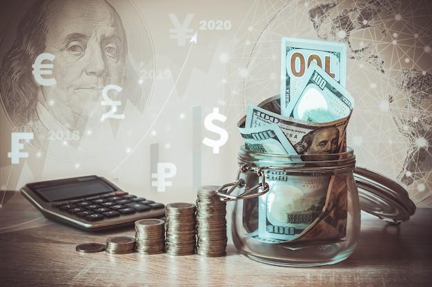 コインスタック、電卓、ガラス瓶のドル札、仮想ホログラム、地球、統計、グラフ、通貨アイコンさまざまな国。お金の節約、収入投資のアイデア、管理。ビジネスの成長の概念。