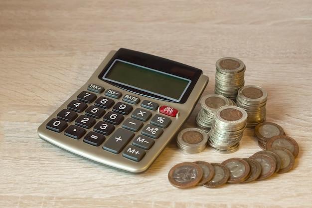 コインスタック、計算機、仮想ホログラム統計、グラフ節約の概念、財務。お金の節約、収入投資のアイデア、管理。