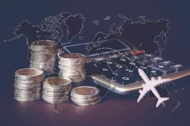 동전 스택, 계산기, 가상 홀로그램 세계 지도 및 비행기. 돈 절약, 금융, 여행의 개념입니다. 저축 돈, 소득 투자 아이디어, 관리. 비즈니스 성장 개념입니다.