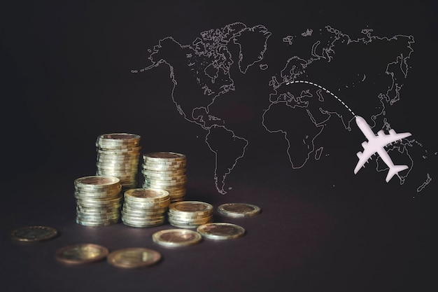 동전 스택, 계산기, 가상 홀로그램 세계 지도 및 비행기. 돈 절약, 금융, 여행의 개념입니다. 저축 돈, 소득 투자 아이디어, 관리. 디지털 마케팅.