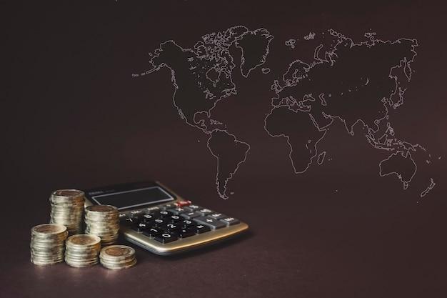 동전 스택, 계산기, 가상 홀로그램 세계 지도. 돈 절약, 금융의 개념입니다. 저축 돈, 소득 투자 아이디어, 관리.