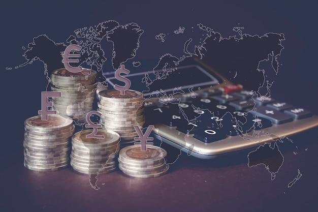 동전 스택, 계산기, 가상 홀로그램 세계 지도, 통화 아이콘 다른 국가... 돈 절약, 금융의 개념입니다. 저축 돈, 소득 투자 아이디어, 관리.