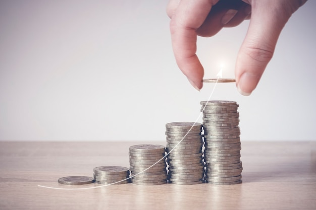 동전 스택. 돈 절약, 금융의 개념입니다. 저축 돈과 소득 미래를 위한 투자 아이디어와 재무 관리. 확대. 비즈니스 성장 개념입니다. 재정적 위험