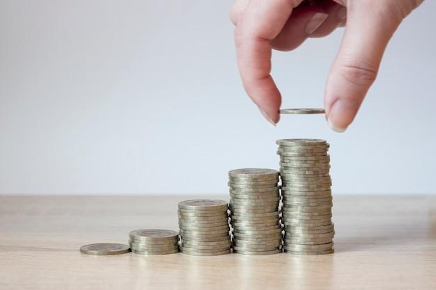 コインスタック。お金の節約、金融の概念。お金と収入の節約投資のアイデアと将来のための財務管理。閉じる。ビジネス成長の概念。経済的リスク。