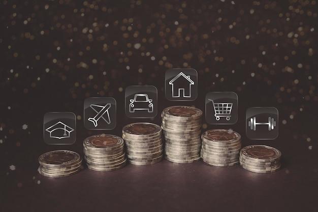 금융 저축 또는 지출을 위한 다양한 아이콘이 있는 동전 스택. 돈 절약, 금융의 개념입니다. 저축 돈과 소득 미래를 위한 투자 아이디어와 재무 관리. 확대.
