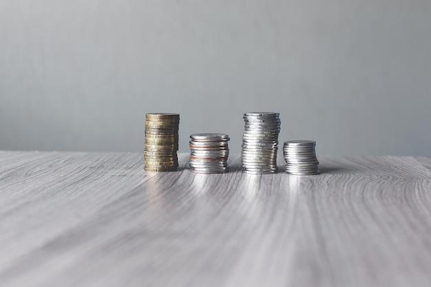 Монеты сложены на деревянном столе