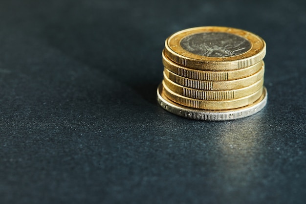 コインが積み重なって、全体像、市場危機、脆弱な市場をクローズアップ