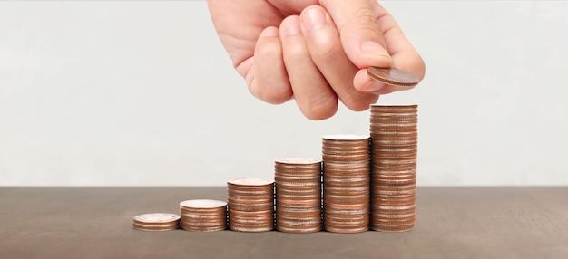 コインが異なる位置に積み重ねられ、ビジネスカジュアルマネーを手に入れる