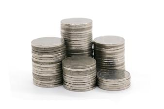 白い背景に積み重なったコイン